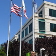 アメリカ国旗、カリフォルニア州旗、そしてApple社旗